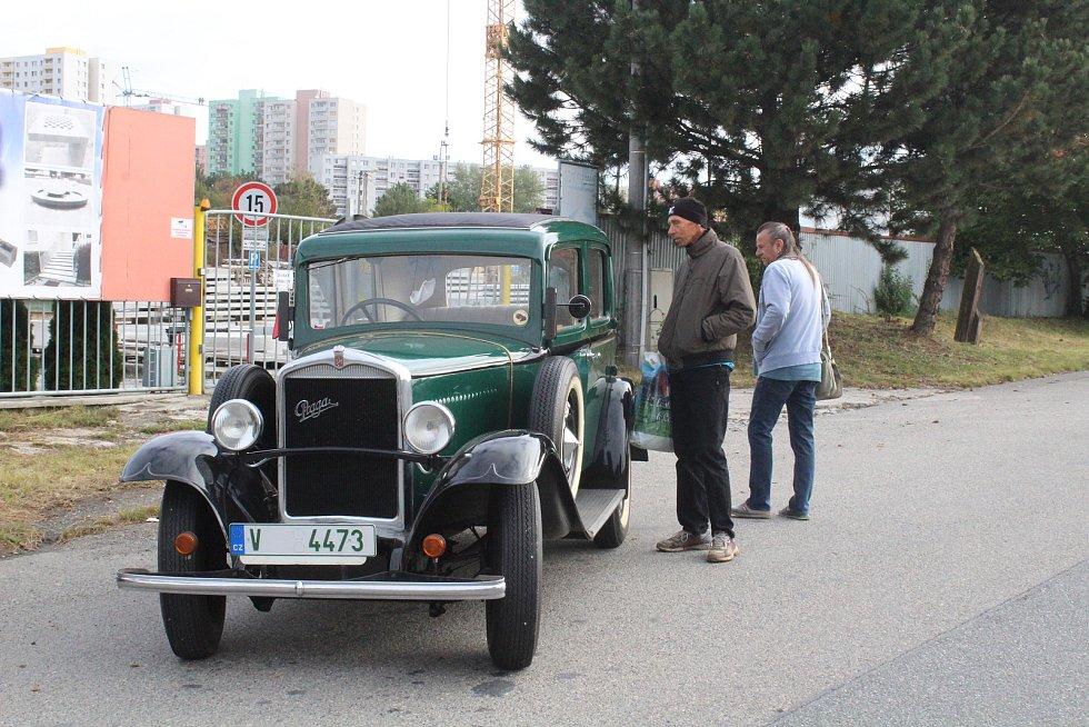 Před starým depem Masarykova okruhu si lidé prohlédli historické vozy.