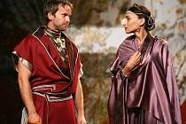 Z představení Antonius a Kleopatra.