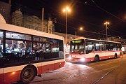 V noci na sobotu objevili brněnští revizoři v nočních rozjezdech téměř stovku černých pasažérů.