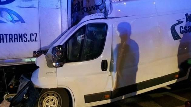 Smrtelná nehoda v brněnském Komárově. Dodávka narazila v Hněvkovského ulici zezadu do kamionu.