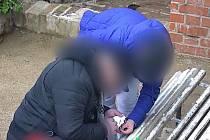 Muže podezřelého z distribuce drog i ženu, která od něj látku dostala, zadrželi v pondělí odpoledne brněnští strážníci přímo v centru města.