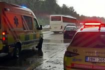 Dvě osobní auta se srazila v pátek na D1 u obce Lesní Hluboké. Zraněným pomohli i liberečtí záchranáři.