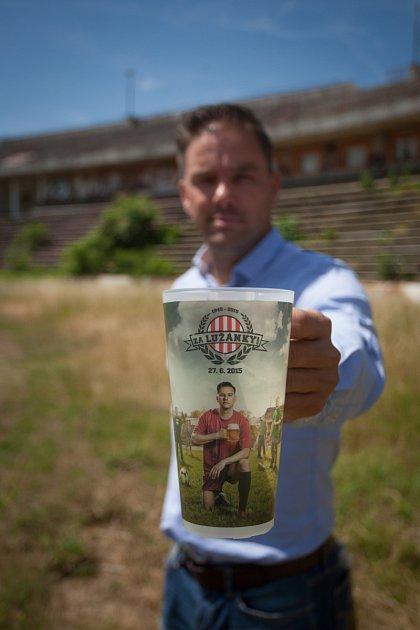 Fotbalista Petr Švancara pózuje se speciální limitovanou edicí kelímků, do kterých se při jeho rozlučce bude točit pivo. Jejich zakoupením na akci přispějí lidé ina stadion za Lužánkami.