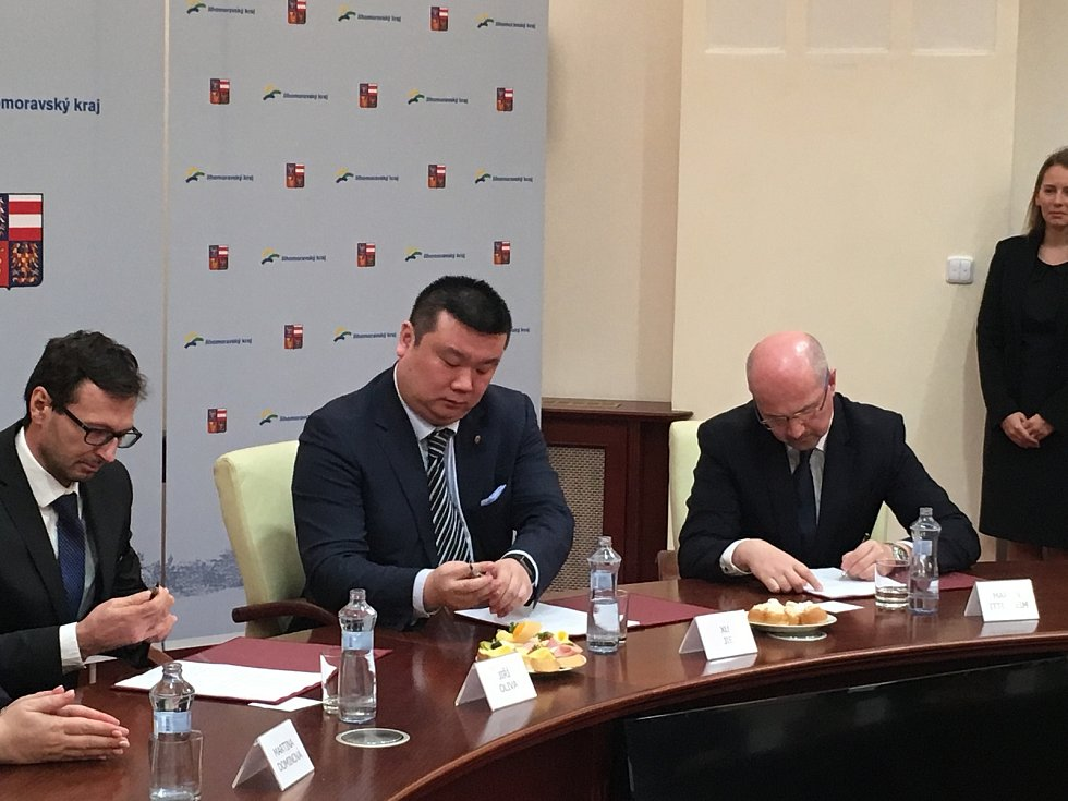 Smlouvu o prodeji pozemků v Pasohlávkách u Nových Mlýnů podepsala v úterý před polednem v Brně společnost Thermal Pasohlávky s čínskou firmou RiseSun.