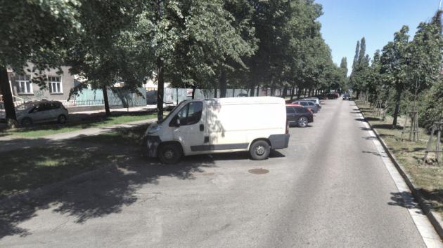 Autovraky v ulicích blokují stání pro ostatní vozy