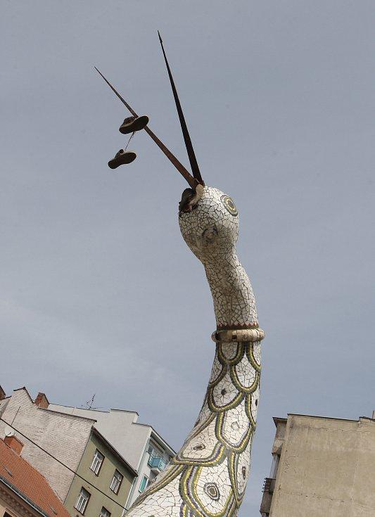 Mozaikovou sochu čápa v brněnské Pekařské ulici zbourali.