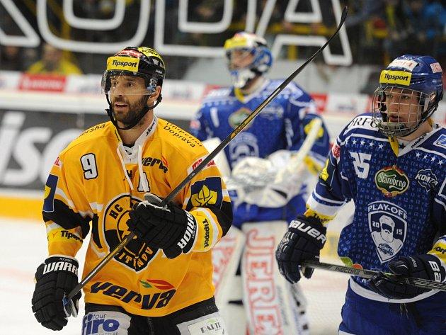 Brněnský hokejista Libor Hájek (vpravo), který se narodil v roce 1998, se v semifinálové sérii potkává na ledě i s litvínovským veteránem Martinem Ručinským (vlevo), jenž ve stejném roce vybojoval na olympiádě v Naganu zlatou medaili.