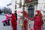 Vedle honosného vánočního stromu neslo hnutí Extinction Rebellion suchý strom ozdobený kostrami. Chtěli tak upozornit na nadměrnou spotřebu, která podle nich vrcholí právě Vánocemi.