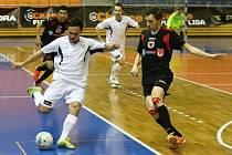Futsalisté brněnského Helasu (v bílém) v duelu s Benagem.