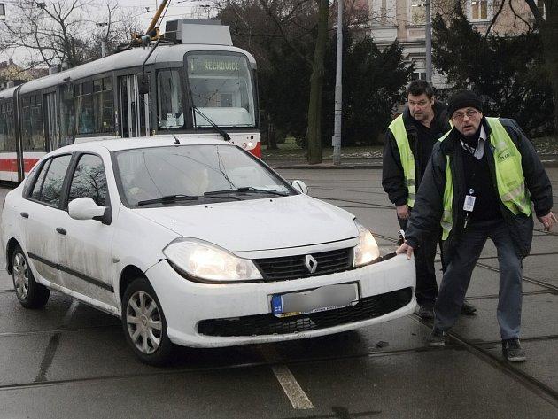 Brno - Osm minut zpoždění na tramvajové lince číslo jedna způsobila nehoda tramvaje s osobním automobilem, která se stala v pondělí necelou půl hodinu po poledni na Moravském náměstí v Brně.