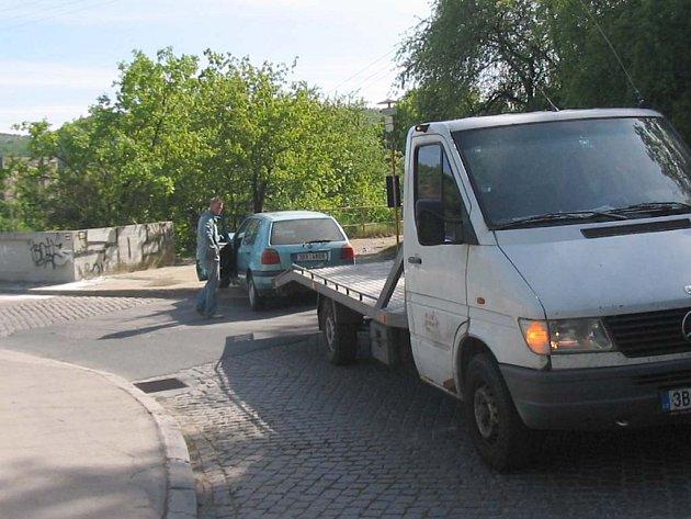Jízda opilého řidiče skončila na hrázi Brněnské přehrady.