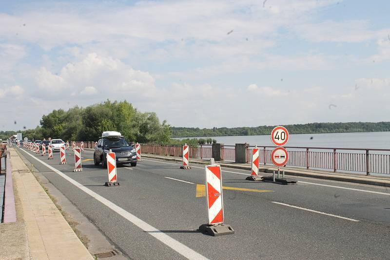 Kvůli špatnému stavu mostu u Pasohlávek tam od května řídí dopravu semafory a průjezdný je jen jeden jízdní pruh. Tvoří se tam kolony