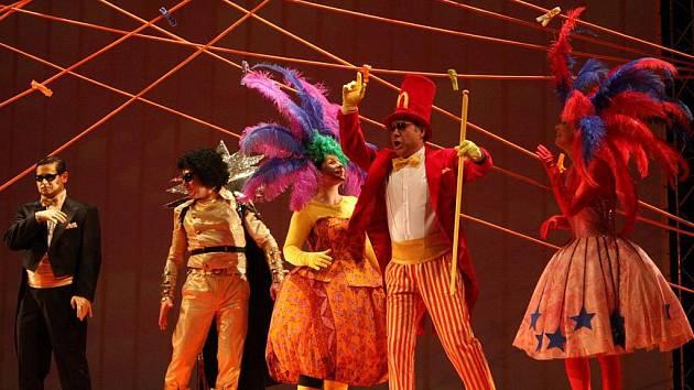 K vzniku princova kostýmu (druhý zleva) tvůrce inspiroval Michael Jackson.