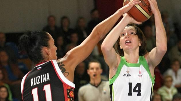 Brněnská basketbalistka Tereza Pecková (s míčem).
