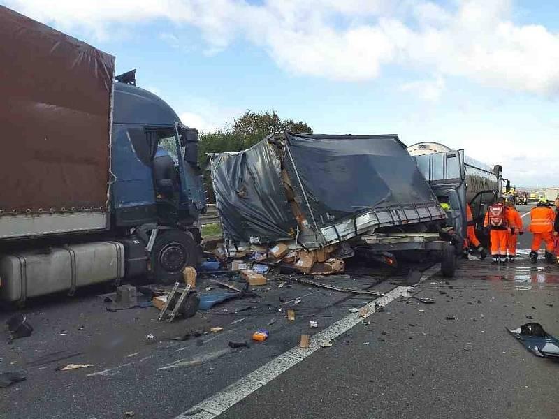 Srážka kamionů na D1 u Brna.