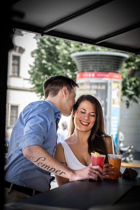 Ve stánku Na Brno dobrý se lidé zastavili na pivo či limonádu.
