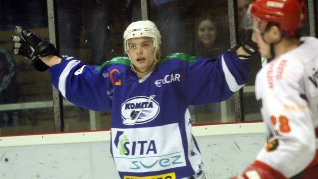 Útočník hokejové komety Aleš Staněk (v modrém dresu)