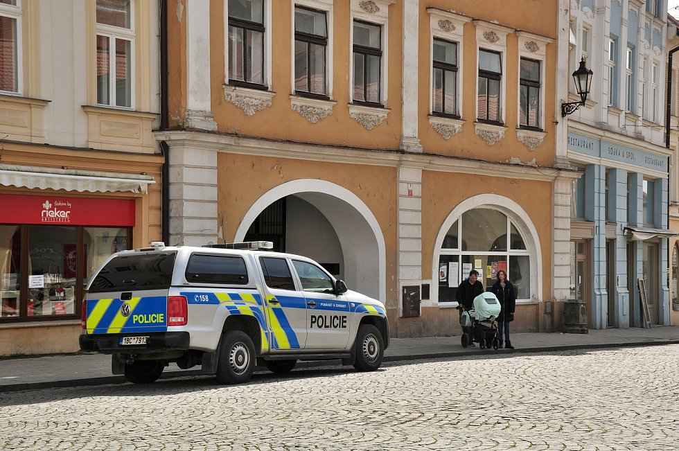 V sobotu po poledni prošlo během půl hodiny mikulovským náměstím na 75 lidí, ochranu úst měla jen slabá polovina z nich. Situace se změnila po zaparkování hlídky v policejním autě.