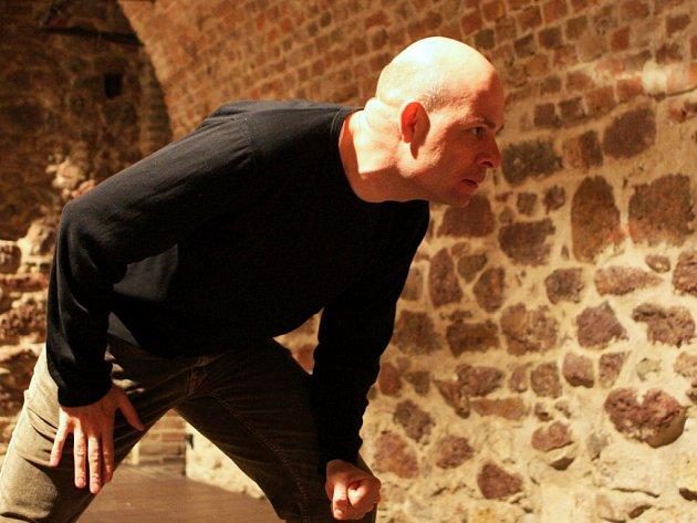 Ivan Karamazov (Viktor Skála) nechápe, proč trpí nevinní. Svět je pro něj postaven na nesmyslnosti.