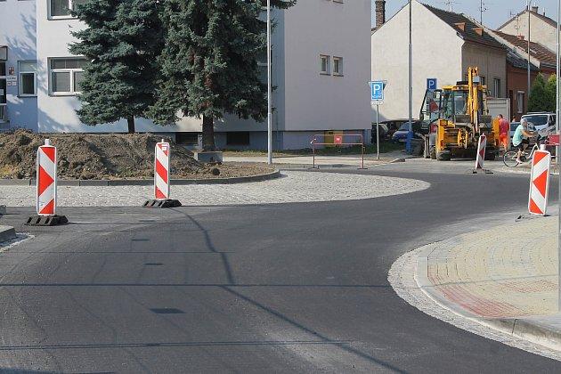VBřeclavi vzniká uhlavní pošty nová okružní křižovatka. Zpoloviny už je hotová. Od pondělí po ní jezdí auta.