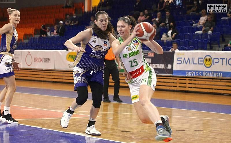 Basketbalistky KP Brno (v bílém Američanka Kucowská) mají v této ligové sezoně po třech zápasech stoprocentní bilanci. Foto: David Titz