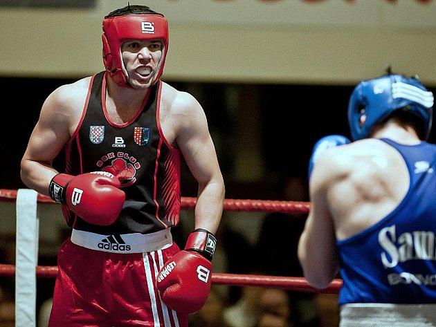 Boxer Vardan Besaljan (vlevo) vybojoval titul ve váze do 75 kilogramů.