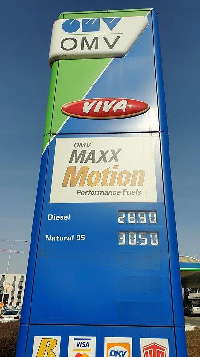Ceny pohonných hmot na čerpací stanici OMV ve Sportovní ulici v brněnském Králově Poli, 9. března 2021.