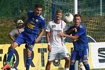 Líšeňský Jan Hladík (v bílém uprostřed) v zápase s Fotbalovým klubem Varnsdort