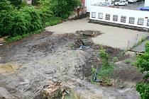 Dvůr za domem číslo 14 v Jaselské ulici v Brně je rozkopaný a dělníci ho zaváží betonem. Sousedé se bojí, že jeho majitel tam staví parkoviště a obrátili se na stavební policii.