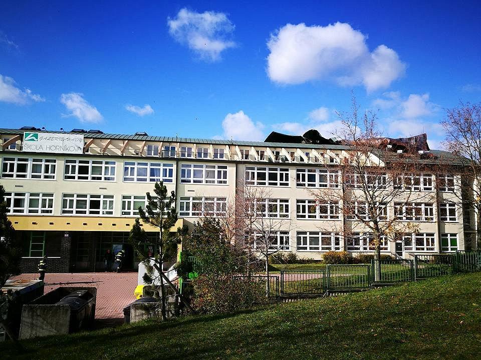 Následky řádění větru na brněnské Základní škole v Horníkově ulici.