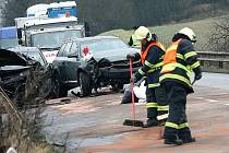 Nehoda tří osobních aut zkomplikovala v pondělí dopoledne provoz mezi Kuřimí a Čebínem na Brněnsku. Při nehodě se lehce zranili dva lidé.