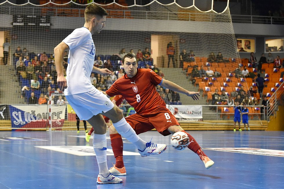 Brno 2.2.2020 - kvalifikační turnaj na futsalové MS 2020 - ČR Matěj Slováček (červená) Slovinsko Žiga Čeh (bílá)