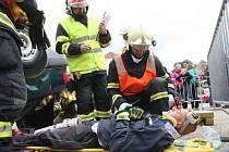 Týmy složené z velitele, zdravotníka a dvou hasičů měly ve stanoveném čase vyprostit figuranta z vozu a poskytnout mu první pomoc.