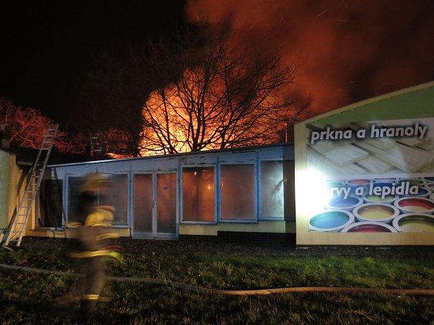Noční požár zničil sklad v Popůvkách na Brněnsku.