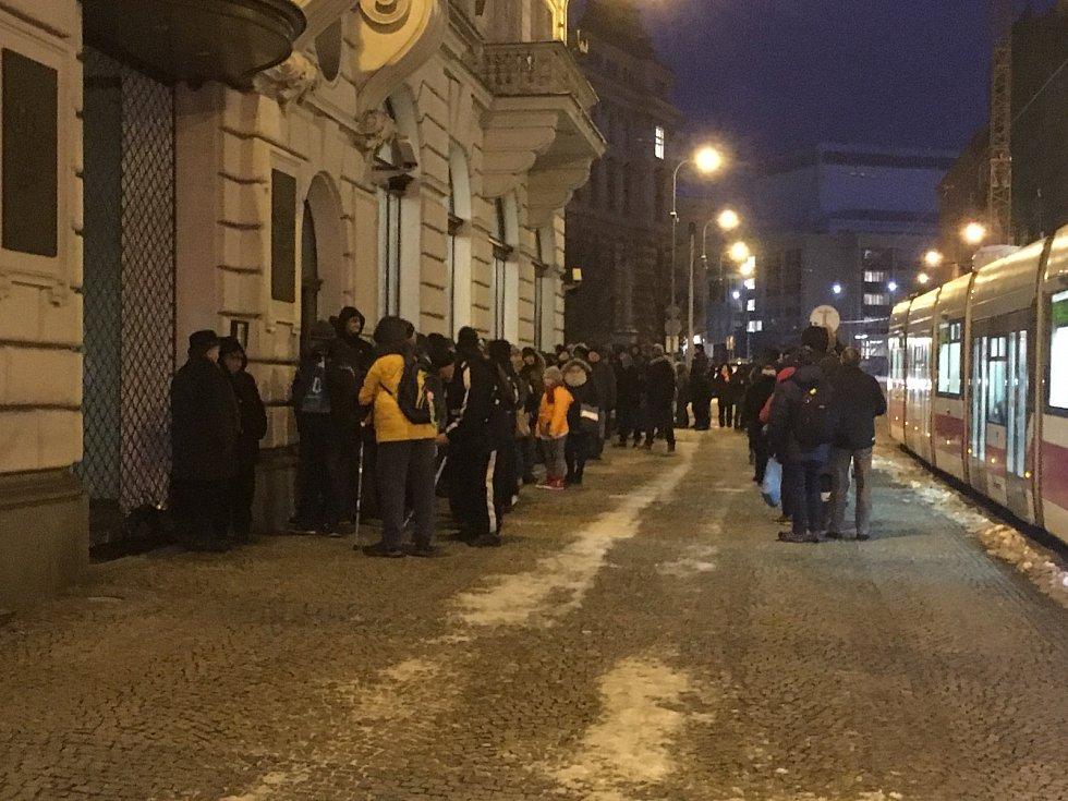 Na nové dvacetikoruny a stokorunu čekalo asi hodinu před otevřením na dvě stovky lidí.