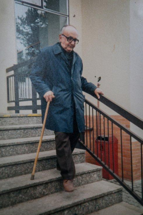 Lehce ošuntělý, na nohách prvorepublikové sandály. Člověk ponořený do sebe s vyzařující přirozenou autoritou, který učil milovat literaturu. Takhle na profesora Zdeňka Kožmína vzpomínají jeho bývalí studenti z Gymnázia T. G. Masaryka.