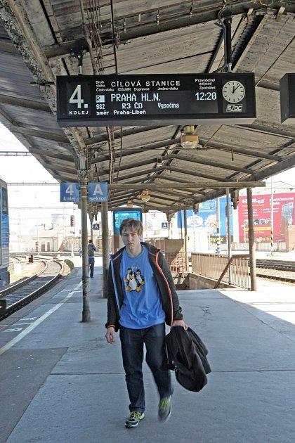 Informační systém brněnského vlakového nádraží prochází vposlední době modernizací. Lidé najdou na perónu, vhlavní hale ina nástupištích nové cedule, tradiční znělku Hvězdy jsou jak sedmikrásky nad Brnem nahradila univerzální.