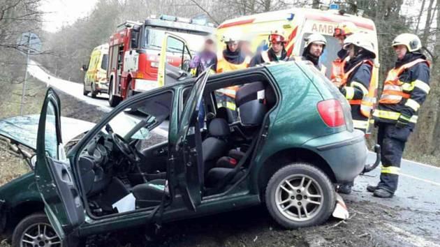 Osobní auto havarovalo v neděli dopoledne na silnici I/54 poblíž Nížkovic. Na místě byli čtyři zranění včetně dětí.