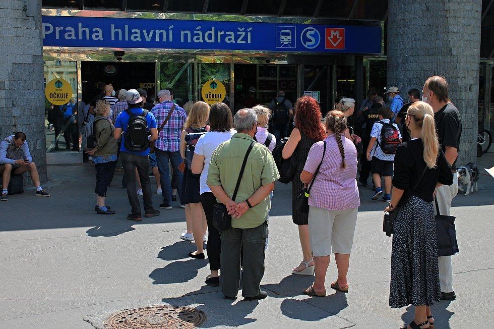 Očkování proti covidu-19 je možné podstoupit bez registrace už několik dní v Praze, konkrétně na hlavním nádraží a v obchodním centru Chodov.