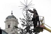 Vánoční strom, který od konce listopadu zdobil brněnské náměstí Svobody, dozářil. V pondělí odpoledne jej technici pokáceli.