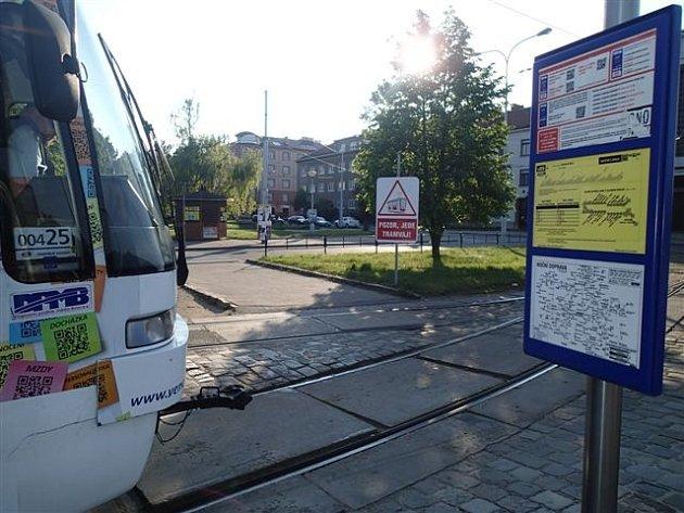 Zlepšit nepřehlednou dopravní situaci se snaží brněnský dopravní podnik. Na náměstí Míru umístil informační tabule vtramvajové smyčce.