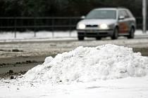 Brněnské ulice zasypal sníh, který od rána namrzá.