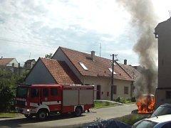 Zásah hasičů u požáru dodávky v brněnských Soběšicích.