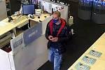 Dva zloději ukradli z prodejny v Brně mobilní telefony za třiadvacet tisíc korun.