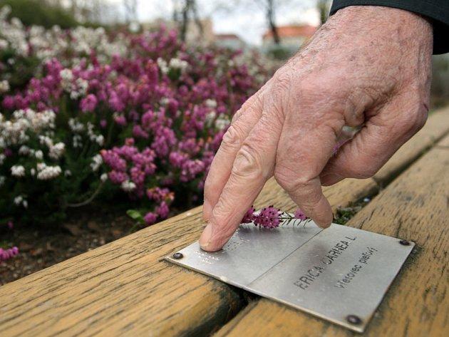 SÁHNĚTE SI. V Tyršově sadu v Brně se mohou nevidomí a slabozrací učit rozpoznávat rostliny na speciálním záhonu.