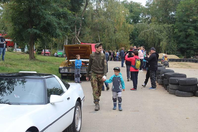 Už od sobotního rána zní bývalou raketovou základnou v Mokré-Horákově zvuky starých motorů. Začíná totiž přehlídka veteránů.