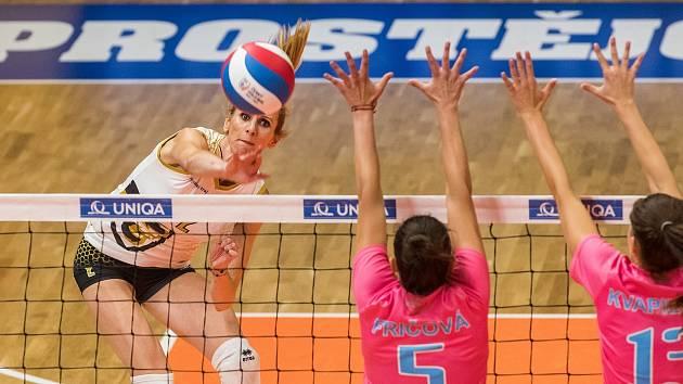 Brněnská volejbalistka Helena Horká (vlevo) boduje v duelu nejvyšší české soutěže.