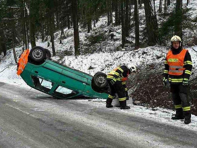 U Karolína skončilo auto na střeše. Řidič vyvázl bez zranění.