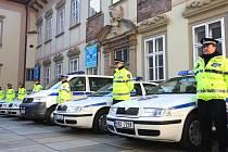 Na nádvoří Nové radnice předal v pondělí dopoledne primátor Roman Onderka strážníkům čtyřiadvacet aut s novou vizáží.