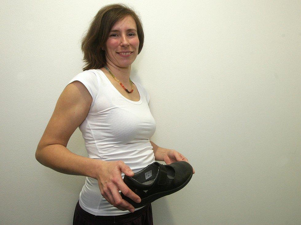 Vědci z Fakulty sportovních studií Masarykovy univerzity vyvíjí boty pro těhotné ženy, které jim pomohou zmírnit zdravotní potíže.